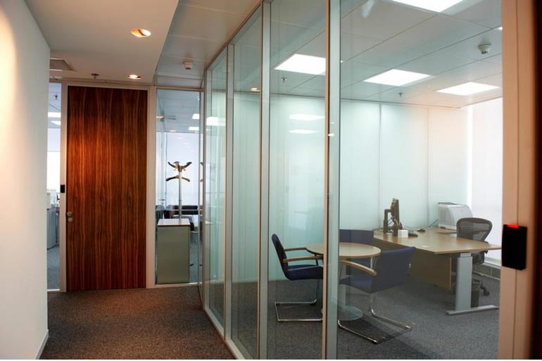 Características e vantagens das cortinas de vidro